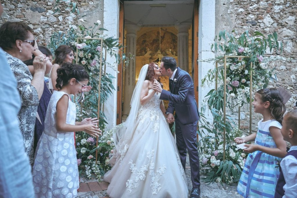 kisses after ceremony in varo varò church taormina