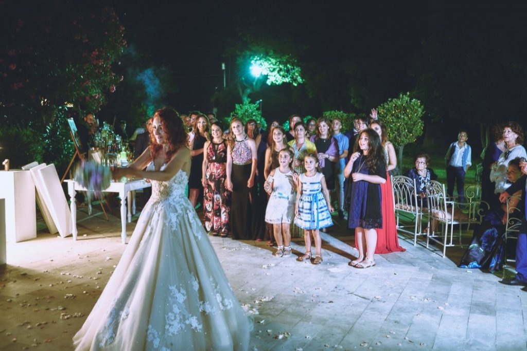 bouquet throwing in villa mon repos wedding taormina in sicily