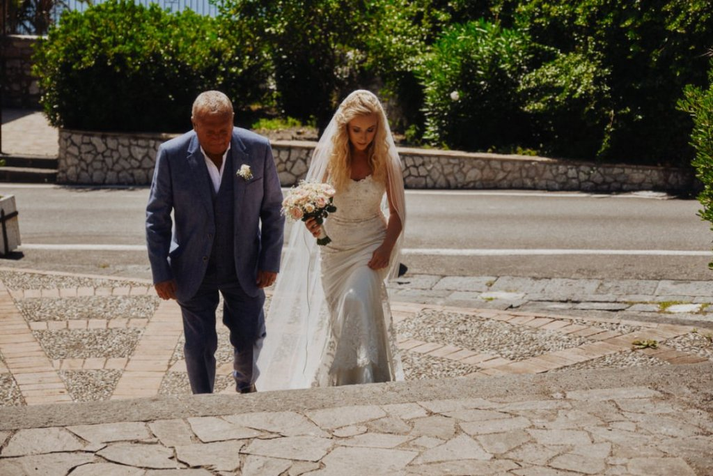 finally annie the bride is arriving at palazzo duchi santo stefano in taormina for ceremony