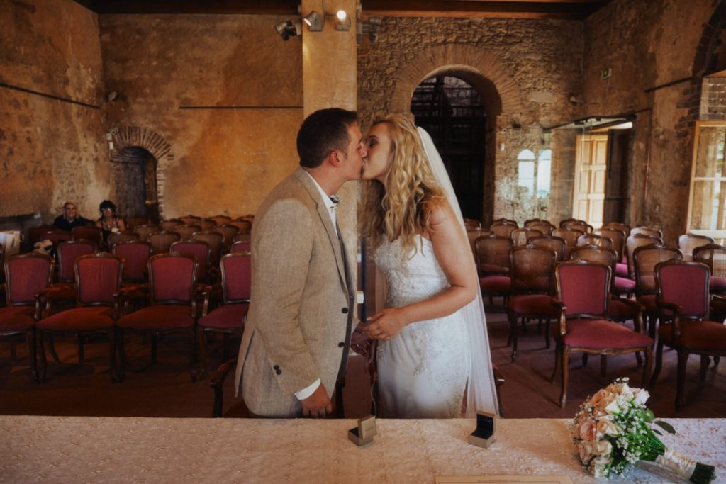 wedding kiss in taormina