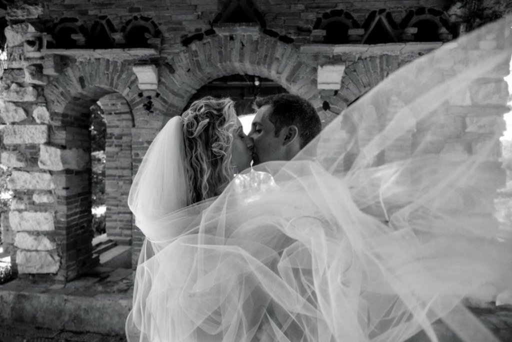 kisses wedding bride and groom in sicily at taormina