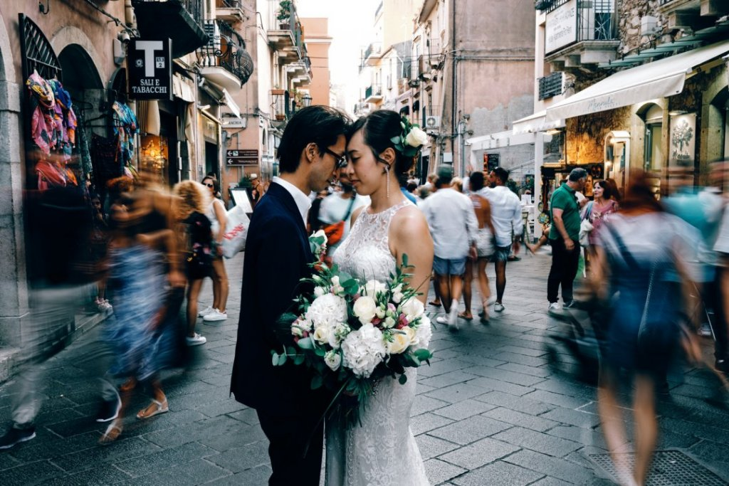 dride and groom in corso umberto taormina