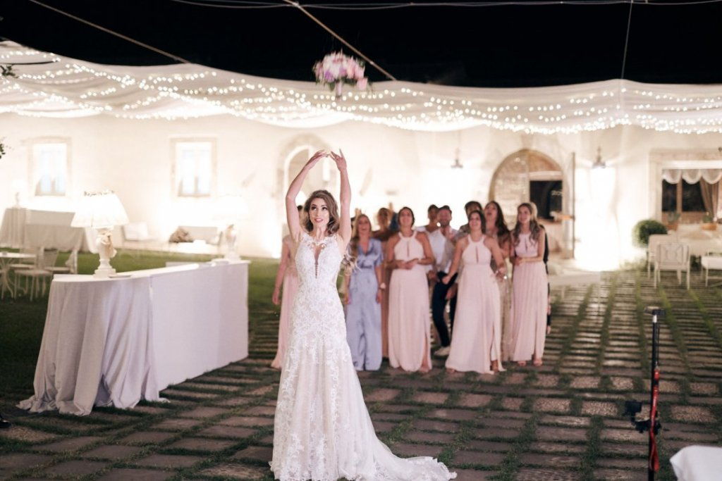 Wedding bouquet throwing in destination wedding sicily