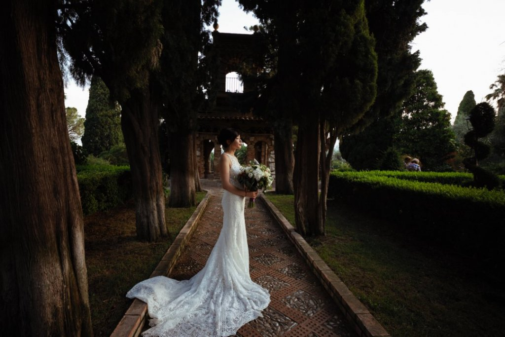 beatiful wedding dress in pubblic garden taormina